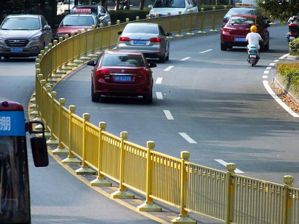 金色道路护栏